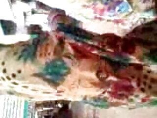 लेस्बियन हटीज़ एक दूसरे की मदद करने के लिए अपने पैरों से फुल मूवी सेक्सी वीडियो में उतर जाते हैं